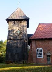 Glockenturm aus Holz - Kirchturm, Glockenturm, Dach, Schiefer, Uhr, Turmuhr, Holz, Fachwerk, Holzverschalung, Pyramide, Volumen, Oberfläche, zusammengesetzte Körper