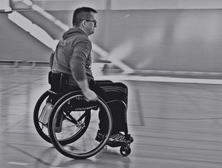Sportler mit Rollstuhlunterstützung sw - Rollstuhl, Rollstühle, Unterstützung, Integration, Inklusion, Material, Gerät, Hilfe, rollen, sitzen, Rollstuhlsport, Sport, Behinderung, Beeinträchtihung, Paralympics