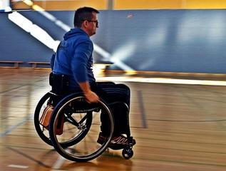 Sport mit Rollstuhlunterstützung - Rollstuhl, Rollstühle, Unterstützung, Integration, Inklusion, Material, Gerät, Hilfe, rollen, sitzen, Rollstuhlsport, Sport, Paralympics, Behinderung, Beeinträchtigung, Rehabilitation