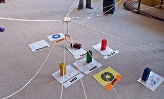 Geografie mit dem Fröbelkran - kooperativ, Kooperation, lernen, Fröbel, Fröbelturm, Fröbelkran, Gruppe, bauen, Spiel, spielen, Lernspiel, kooperieren, miteinander, farbig