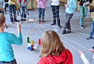Kontinente zuordnen mit dem Fröbelkran - kooperativ, Kooperation, lernen, Fröbel, Fröbelturm, Fröbelkran, Gruppe, bauen, Spiel, spielen, Lernspiel, kooperieren, miteinander, farbig