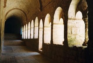 Abtei Le Thoronet - Kreuzgang - Architektur, Abtei, Zisterzienser, Frankreich, Thoronet, Mittelalter, Mönche, Kloster, Perspektive, Gewölbe, Arkaden, Kreuzgang