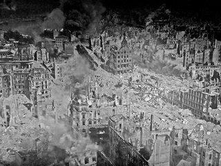 Ausschnitt Asisi Panorama - Dresden 1945  #3 sw - Geschichte, Krieg, Zerstörung, Bombardement, Brand, Schutt, Asche, Kunst, Panorama, Ansicht, Ethik, Weltkrieg, Dresden, Luftangriff, Feuersturm, Ruinen, zerstört