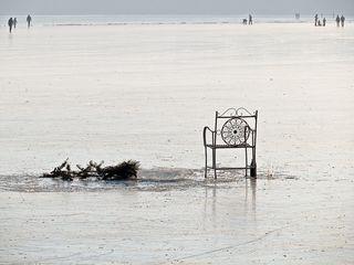 Winterstilleben auf dem See - Stuhl, Winter, Schnee, Freizeit, Eis, kalt, Wasser, Aggregatzustand, ausruhen, Blickwinkel, Perspektive, verweilen, verlassen, Glas, Risiko