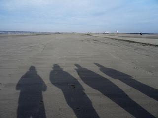 Schatten am Strand - Schatten, Schattenwurf, Strand, Watt, Wattenmeer, Winter, St Peter, Nordsee, Meer, Nationalpark, Schreibanlass