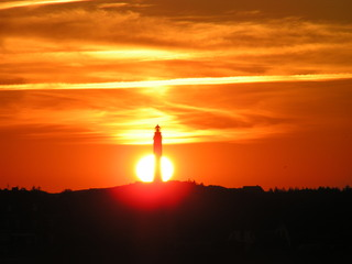 Leuchtturm beim Sonnenuntergang - Leuchtturm, Sonnenuntergang, Nordsee, Wolken, Abend, Meditation, Horizont, Himmelserscheinung, Sonne, Abendrot, gelb, orange