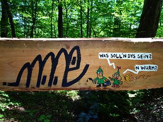 Graffiti und Wichtel - Graffiti, Streetart, Kunst, Forestart, Herrman Delkow, Wichtel, Waldwichtel, Tag, Graffititag, Sprayer, Kunst am öffentlichen Baum, Baumkunst, Holzkunst, Waldkunst, Cartoon, Comic