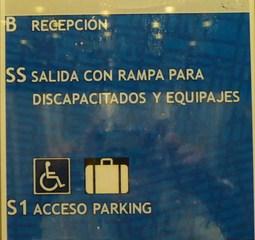 Hinweis im Fahrstuhl - recepción, salida, rampa, discapacitados, equipaje, acceso parking