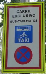 Verkehrsschild: Carril exclusivo - carril, bus, taxi, moto, exclusivo