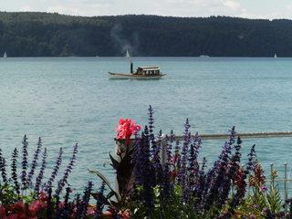 Kleines Dampfschiff  - Schiff, Boot, Wasser, Passagierschiff, Passagiere, Seefahrt, Urlaub, Schornstein, Rauch, Dampfschiff