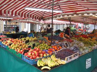 Marktstand - Obst, Markt, Gemüse, Marktstand, Verkauf, Herbst, Äpfel, Trauben, Birnen, Bananen, Kisten, Marktschirm, Ananas, Zwetschgen, Mandarinen, Schreibanlass, einkaufen, verkaufen