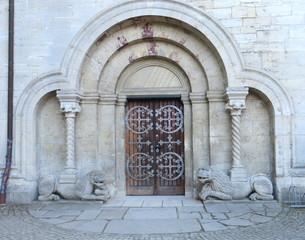Löwenportal am Kaiserdom in Königslutter - Architektur, Portal, Romanik, Tor, Tür, Eingang, Dom, Rundbogen, Löwe, Säulen, Religion, Mythologie, Kaiserdom, Königslutter