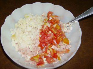 Mein Zucchinirezept #1 - Frischkäse, Tomaten, gekochter Schinken, Zwiebel, Gewürze, Schüssel, zerkleinert