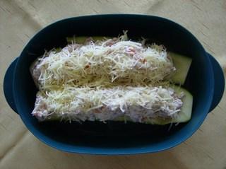Mein Zucchinirezept #4 - Zucchini, Zucchinihälfte, gefüllt, Reibekäse, Auflaufform, roh