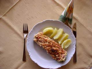Mein Zucchinirezept #5 - Zucchini, Zucchinihälfte, Fülle, Reibekäse, überbacken, Teller, Salzkartoffeln, Messer, Gabel, Serviette, essen, Mahlzeit