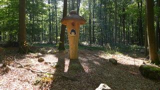 Bestattungswald 02 - terra levis, Friedhof, Grab, Gräber, Wald, vergänglich, Gesprächsanlass, Meditation, letzte Ruhe, Tod, sterben, Bestattungswald, Kreuz, Kanzel