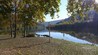 Herbstimpressionen 02 - Herbst, Jahreszeit, See, Stille, Ruhe, Meditation, See, Spiegelung, bunt, Kreuz, Gesprächsanlass, Herbstlaub, Verfärbung