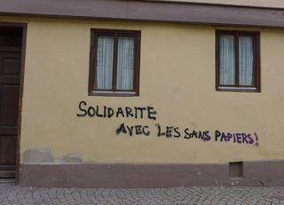 Solidarité avec les sans papiers - solidarité, sans papiers, Aufruf, Hilfe, Graffiti