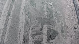Eisblume - Winter, Raureif, Kristalle, kalt, Reif, Niederschlag, Scheibe, Fensterscheibe, fest, Luftfeuchtigkeit, nadelförmig, Kristall, Wetter, bizarr, Resublimation, Eis, Eisblumen, Sonne, weiß, blau, Himmel, Wärmedämmung, Physik