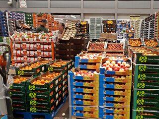 Pariser Großmarkt Rungis Obst- und Gemüsehalle - Markt, Rungis, Melonen, Pfirsiche, Aprikosen, Weintraumen, Paris, Großmarkt, Frankreich, France, französisch, fruits