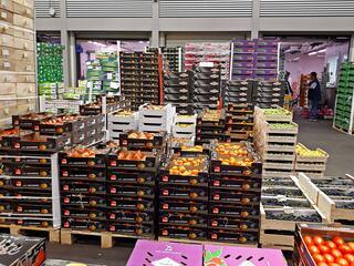 Pariser Großmarkt Rungis, Obst- und Gemüsehalle - Markt, Rungis, Kaki, Weintraumen, Paris, Großmarkt, Frankreich, France, französisch, fruits