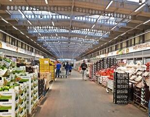 Pariser Großmarkt Rungis - Früchtehalle - Markt, Rungis, Paprika, Zwiebeln, Paletten, Kisten, Halle, Paris, Großmarkt, Frankreich, France, französisch, fruits