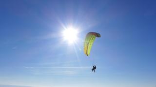 Paragleiter - Paragleiter, Gleitschirm, Paraglider, Paragleiten, bunt, Regenbogen, Luftwiderstand, Aufwind, Luftströmung, Physik, Doppelsitzer