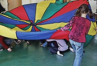 Fallschirmspiele 1# - kooperativ, Kooperation, lernen, Schwungtuch, Gruppe, Pause, Spiel, spielen, Lernspiel, kooperieren, miteinander, Konflikt, Konfliktlösung, Team, teamfähig, bewegen, schwingen, Schwung, verstecken, finden, integrativ, Wahrnehmung, wahrnehmen