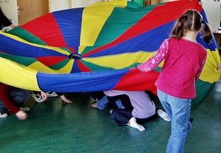Fallschirmspiele 2# - kooperativ, Kooperation, lernen, Schwungtuch, Gruppe, Pause, Spiel, spielen, Lernspiel, kooperieren, miteinander, Konflikt, Konfliktlösung, Team, teamfähig, bewegen, schwingen, Schwung, verstecken, finden, integrativ, Wahrnehmung, wahrnehmen
