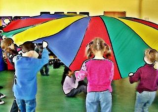 Fallschirmspiele 3# - kooperativ, Kooperation, lernen, Schwungtuch, Gruppe, Pause, Spiel, spielen, Lernspiel, kooperieren, miteinander, Konflikt, Konfliktlösung, Team, teamfähig, bewegen, schwingen, Schwung, verstecken, finden, integrativ, Wahrnehmung, wahrnehmen