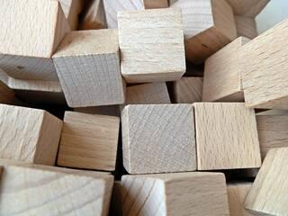 Holzwürfel - Würfel, Zahlen, spielen, würfeln, Wahrscheinlichkeit, Mathematik, bauen, Holz, Körper, viele, Mengen, Geometrie, geometrisch, gleichseitig, Hexaeder, Polyeder, quadratisch, Prisma, punktsymmetrisch, Kubus, cuboid, dice, Ecke, Kante, Fläche, Holz, Oberfläche, Mantelfläche, Volumen