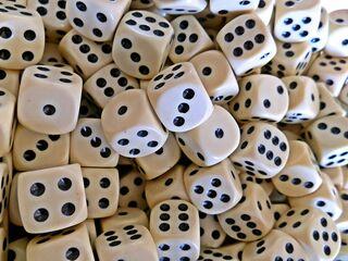 Würfel - Spielwürfel, Würfel, zählen, würfeln, werfen, Spiele, spielen, Augenzahl, Zahl, Zahlen, Wahrscheinlichkeit, Körper, geometrisch, Seiten, Kanten, Ecken, Zufall, Illustration, rechnen, Glück, viele