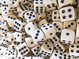 Würfel Cartoon - Spielwürfel, Würfel, zählen, würfeln, werfen, Spiele, spielen, Augenzahl, Zahl, Zahlen, Wahrscheinlichkeit, Körper, geometrisch, Seiten, Kanten, Ecken, Zufall, Illustration, rechnen, Glück, viele