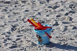 Strandeimer - Strand, Meer, Fußspuren, Einsamkeit, Ruhe, Erholung, Sand, Spuren im Sand, Meditation, Sommer, Spielzeug, Urlaub, Ferien