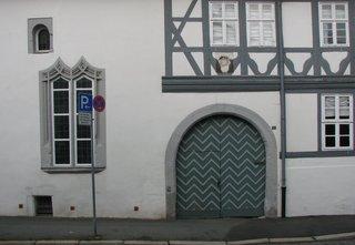 Teil eines Kemenaten- und Fachwerkhauses in Goslar - Kemenate, Kaminate, Chaminate, Fachwerk, Fenster, Gotik, gotisch, Mittelalter, Tordurchfahrt, Tor