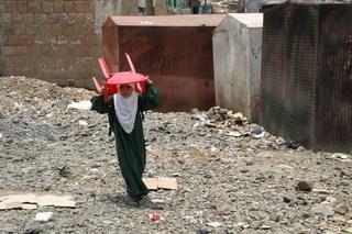 Auf dem Schulweg - Kinder, Armut, Schulen der Welt, Jemen, Schulweg, Stuhl, Schule