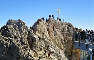 Zugspitze  - Zugspitze, höchster Berg Deutschlands, Alpen 2962 m, Teil des Wettersteingebirges, Grenze zwischen Österreich und Deutschland, Gletscher, Wintersportgebiet, Gipfelkreuz, Tourismus