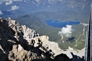 Blick von der Zugspitze  - Zugspitze, höchster Berg Deutschlands, Alpen 2962 m, Teil des Wettersteingebirges, Grenze zwischen Österreich und Deutschland, Gletscher, Wintersportgebiet, Eibsee, Tourismus