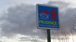 Hinweisschild an einem Ortseingang - Prudence - prudence, enfants, danger, panneau