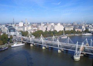 Hungerford Bridge über die Themse, London  - Eisenbahnbrücke, Verkehrswege, Themse, Schiffe, Charing Cross Station, London Eye, Post Office Tower, London, England, Brücke, Stahlbrücke, Stahlkonstruktion