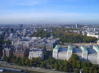 Blick auf London aus dem London Eye - London Eye, London, England, Buckingham Palace, Horse Guards Parade, Foreign and Commonwealth Office, Treasury, Downing Street, Old Scotland Yard, Ministry of Defence and Technology