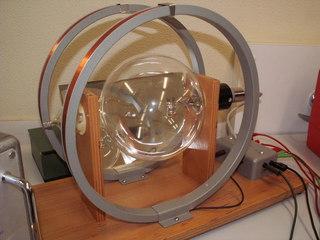 Fadenstrahlrohr mit Helmholtzspulen - Physik, Elektromagnetismus, e/m, Helmholtzsspulen, Spule, Magnetfeld, Fadenstrahlrohr