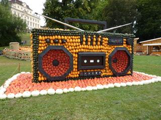Kürbisdekoration zum Thema *Musik*  - Kürbis, Kürbisdekoration, Herbst, Radio, Rundfunkempfangsgerät, Hörfunk, Funkempfänger, Unterhaltungselektronik, Audio-Wiedergabegerät