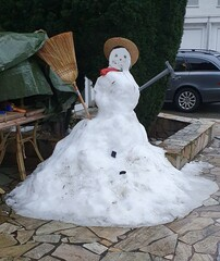 Schneefrau  - :-) - Winter, Schnee, kalt, Schneemann, Schneefrau, Schneekugel, Schneefigur, lächeln, Eis, Jahreszeit, Winterfreuden, Figur, schneebedeckt
