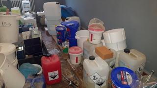 Unsicheres Gefahrstofflager - Ordnung und Sauberkeit, Gefahrstoff, Gefahrstoffe, Lager, Gefahrstofflager, Unordnung, Umweltschutz, Chemie