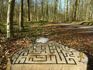 Labyrinth - Wald, Baum, Baumstumpf, Hase, Möhre, Karotte, Gedächtnis, Spiel, spielen, Labyrinth, Weg suchen, Forst, Bäume, Kunst am öffentlichen Baum, Erholung, entdecken, Entdeckung, Meister Lampe, Schafe
