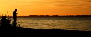 Sommer adé - Sommer, Herbst, Strand, Abend, Abendstimmung, Smartphone, Stimmung, stimmungsvoll, Zeitgeist, Kind, Kinderwagen, Handy, Momentaufnahme