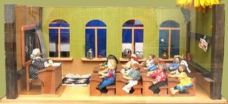 Puppenschule - brave Schüler, Schule, Schüler, Lehrer, Lehrerin, Pult, Bank, Bänke, Tafel, Sitzreihe, Modell, Puppenschule, ABC