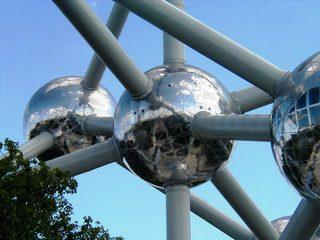 Atomium in Brüssel - Detail - Atomium, Eisenkristall, Brüssel, Weltausstellung, Kugel, spiegeln, Wölbspiegel
