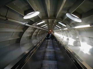 Atomium in Brüssel - Innenaufnahme - Atomium, Eisenkristall, Brüssel, Weltausstellung, Rolltreppe, Röhre, Fluchtpunkt, Fluchtlinien, Perspektive